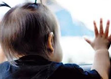 Lascia il figlio di un anno sul treno