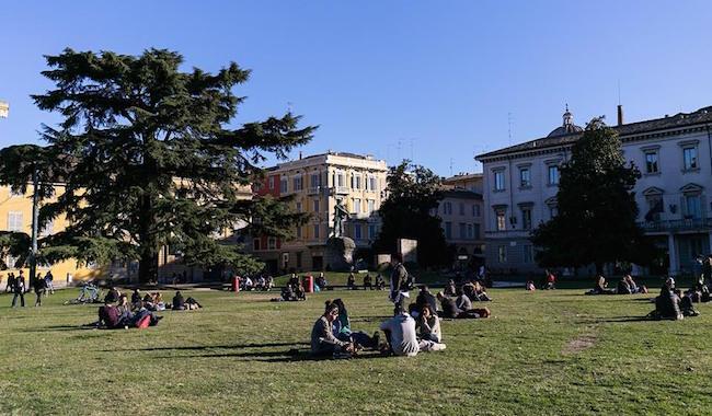 """Ricatto in Piazza della Pace. """"Per riavere la bici devi darmi 5 euro"""""""