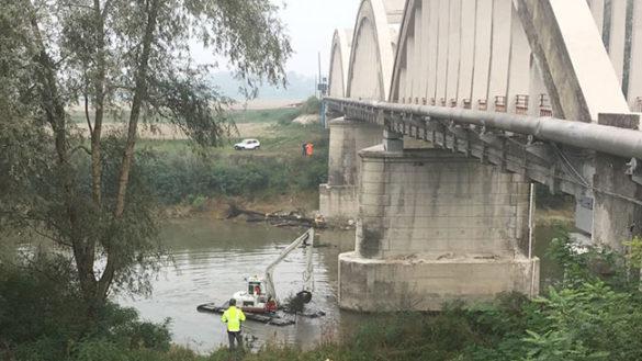 Pulizia al Ponte di Gramignazzo, con escavatore galleggiante