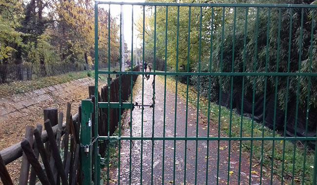 E il Comune alla mattina si dimentica di aprire il parco….