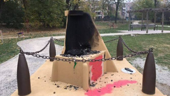 Vandali deturpano monumento alla Folgore nel parco Bizzozero