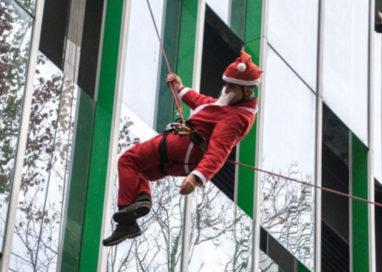 Babbo Natale scende dal cielo per visitare l'Ospedale dei bambini