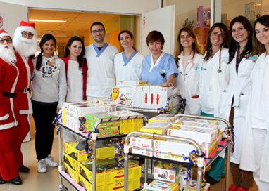 Un camion di giochi ai bambini ricoverati all'ospedale