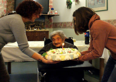 A Villa Ester si festeggiano i 103 anni di Ebe Masola