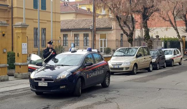 34enne colpisce un uomo alla testa, poi aggredisce carabinieri