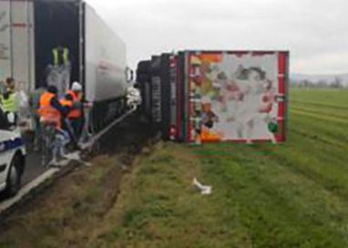Camion di prosciutti si rovescia a Lesignano, strada chiusa la mattina