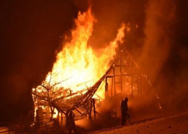 Fienile dell'azienda agricola Ramponi in fiamme