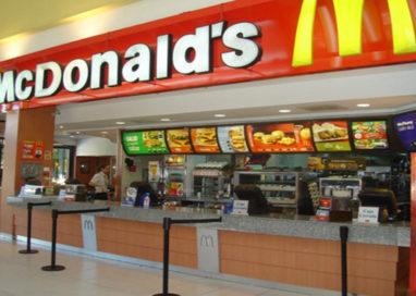 Ubriaco si addormenta nel McDonald's di via Emilio Lepido