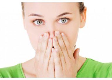 Alitosi, cause e rimedi. I consigli del dentista per risolvere il disturbo