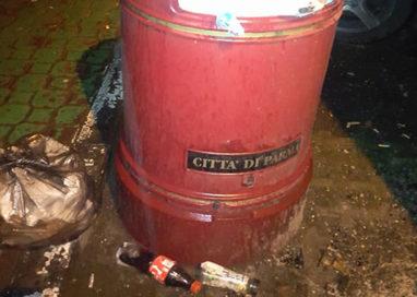 Viale Mentana, il cestino esplode di sporcizia
