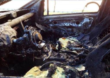 """Auto carbonizzata in via Baganzola, ne resta solo lo """"scheletro"""""""