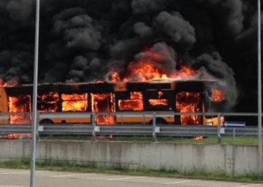 Autobus carico di studenti prende fuoco