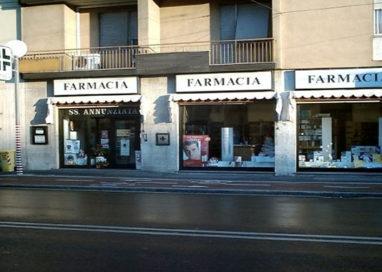 Paura nella farmacia di via Gramsci. Giovane semina il panico