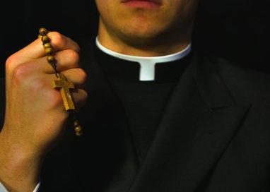 Scopre l'ex moglie appartata con un prete: è rissa