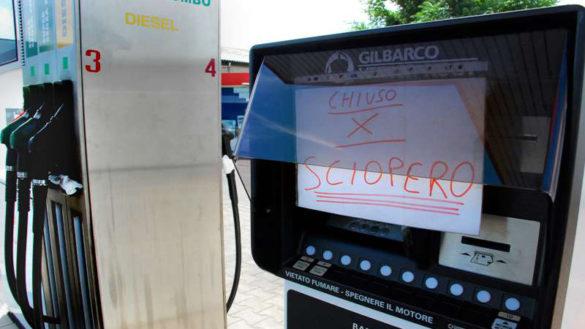 Furgone ariete contro colonnina serf service: furto in via Cremonese