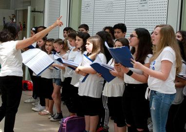 Scuole in musica: gli alunni della Ferrari cantano all'Ospedale dei Bambini