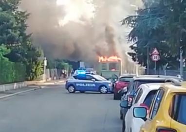 Autobus in fiamme in via XXIV Maggio