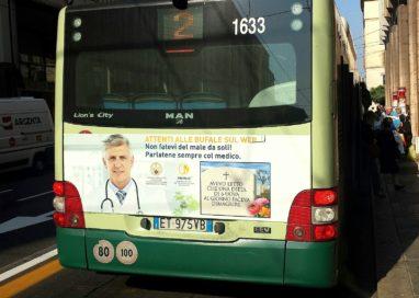 Autobus contro le fake news sanitarie, parte la campagna pubblicitaria