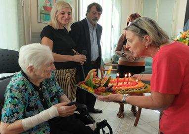 Medaglia, fiori e una torta con 100 candeline per Caterina
