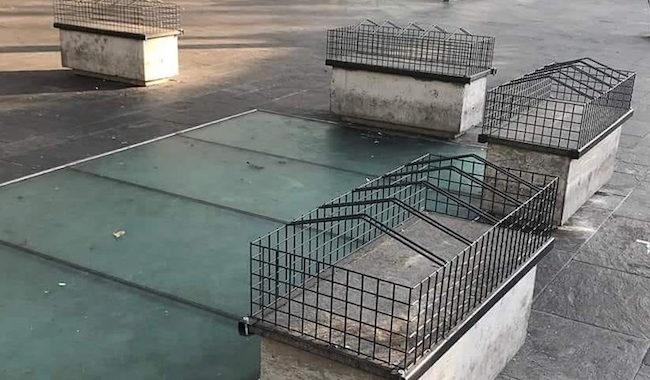 """Piazza Ghiaia, ecco le panchine """"ingabbiate"""" contro il bivacco"""