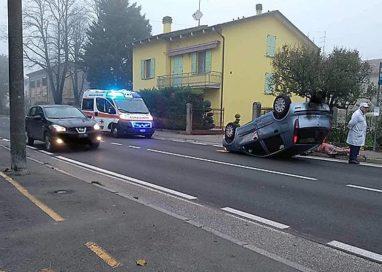 """Schianto a Mezzani, auto sottosopra: conducente """"miracolata"""""""