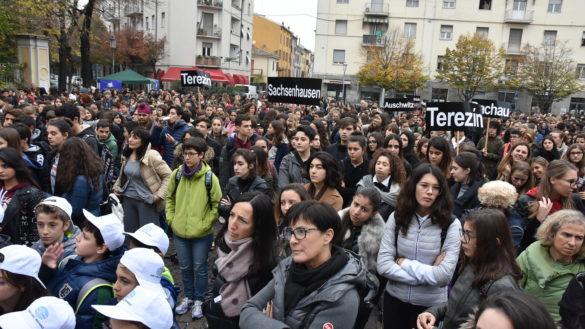 """""""Non c'è futuro senza memoria"""", centinaia di giovani in piazza contro il razzismo"""