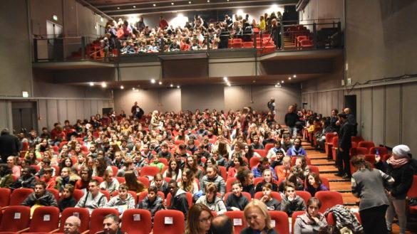 """""""Bullismo e cyberbullismo"""" 900 studenti all'incontro a Teatro Due"""