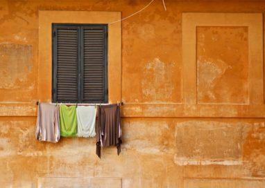 Tragedia sfiorata in via Spezia, ragazzina di 11 anni sospesa nel vuoto