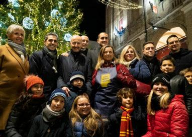 Acceso l'Albero di Natale in piazza. Gli auguri del sindaco – VIDEO