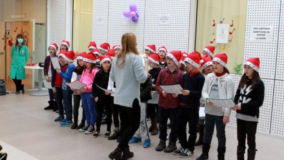 """Gli alunni della """"Mario Lodi"""" cantano per i bambini della Pediatria"""
