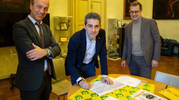 """Il sindaco Pizzarotti firma la petizione """"Stop cibo anonimo"""""""