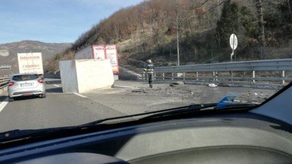 Blocco di marmo sull'A15. La polizia stradale al lavoro
