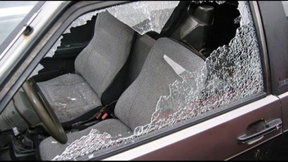 Allarme vandali: auto con vetri rotti e gomme bucate