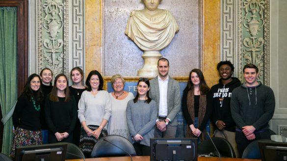 Il vicesindaco Marco Bosi accoglie in Municipio una delegazione di studenti del Pitzer College