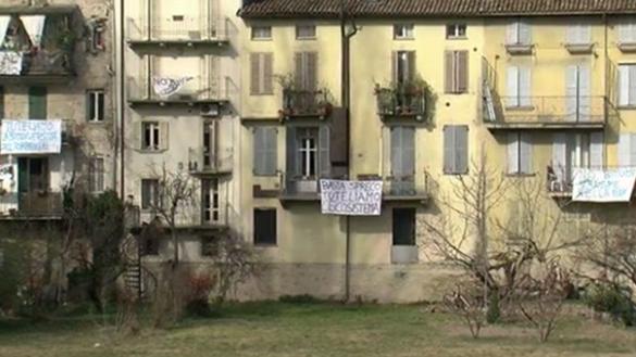 Lenzuolata contro la pista ciclabile nell'alveo della Parma