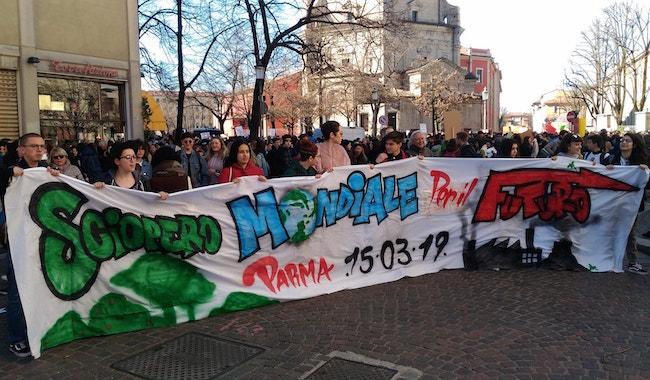"""Che folla per la """"Marcia per il clima""""! 10mila studenti in corteo"""