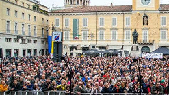 Una folla in corteo e in piazza in nome della Resistenza