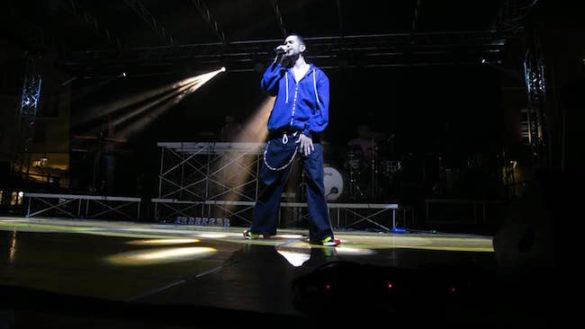 Mahmood fa il pienone: 4.000 persone in Piazza per il concerto