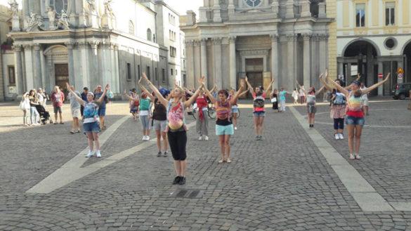 """Anche a Parma il flashmob dei """"genitori canguro"""", si danza con il proprio bébé"""