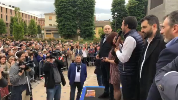 Fidenza accoglie Salvini: folla di persone in piazza della Repubblica