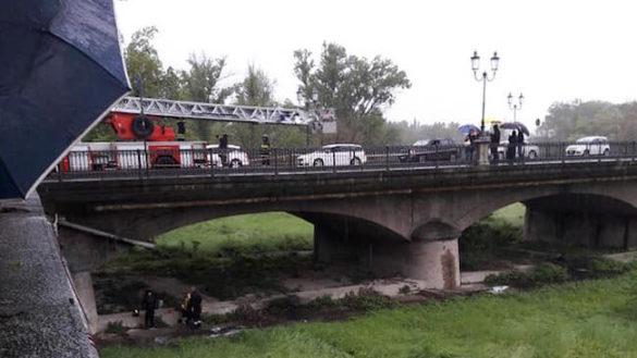 Salvataggio sotto ponte Italia: recuperati un cane e una donna