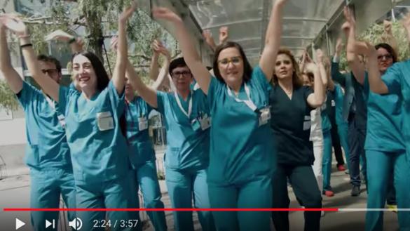 """""""Una vita senza batteri"""", medici ed infermieri cantano per ricordare l'igiene delle mani"""