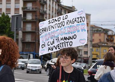 A Parma sfila chi non ha paura di essere se stesso. Anche un flashmob