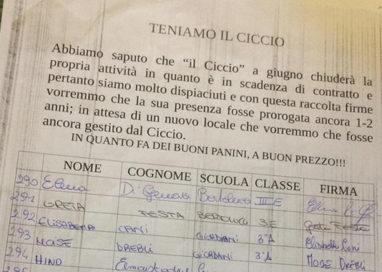 Studenti raccolgono 850 firme per salvare il chiosco