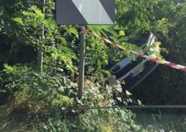 Via Argini, spaventoso incidente e auto incastrata tra gli alberi