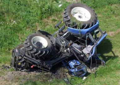 Il trattore si ribalta: agricoltore perde la vita