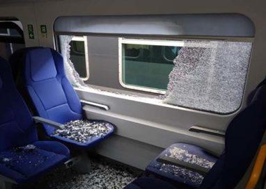 Vandali sul treno Parma-Milano: vagoni devastati col martelletto