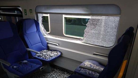 Bloccata in treno, rompe il finestrino per uscire. Denunciata 25enne