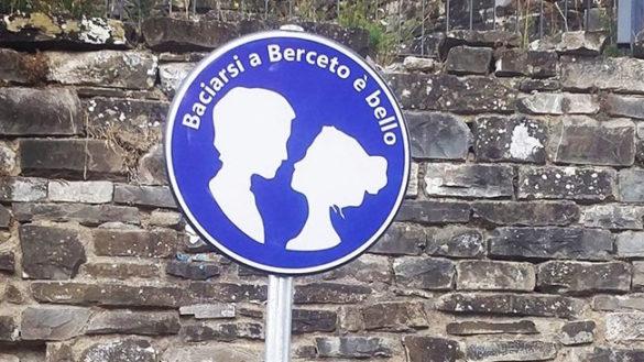 """""""Baciarsi a Berceto è bello"""". E il cartello fa il boom!"""