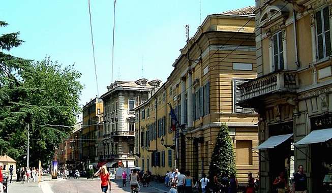 Via Garibaldi, bus bloccato e 16enne aggredita dal suo ex
